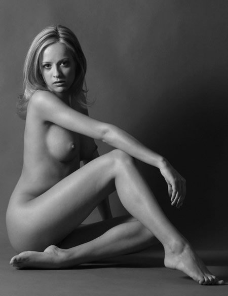 Superb model posing naked in black and whit picture - Nubile Babes